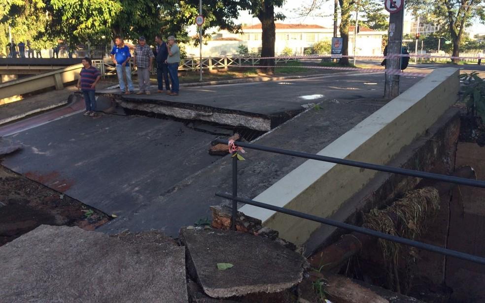 Estrutura da ponte em Catanduva ficou comprometida  (Foto: Graciela Andrade/TV TEM/Arquivo)