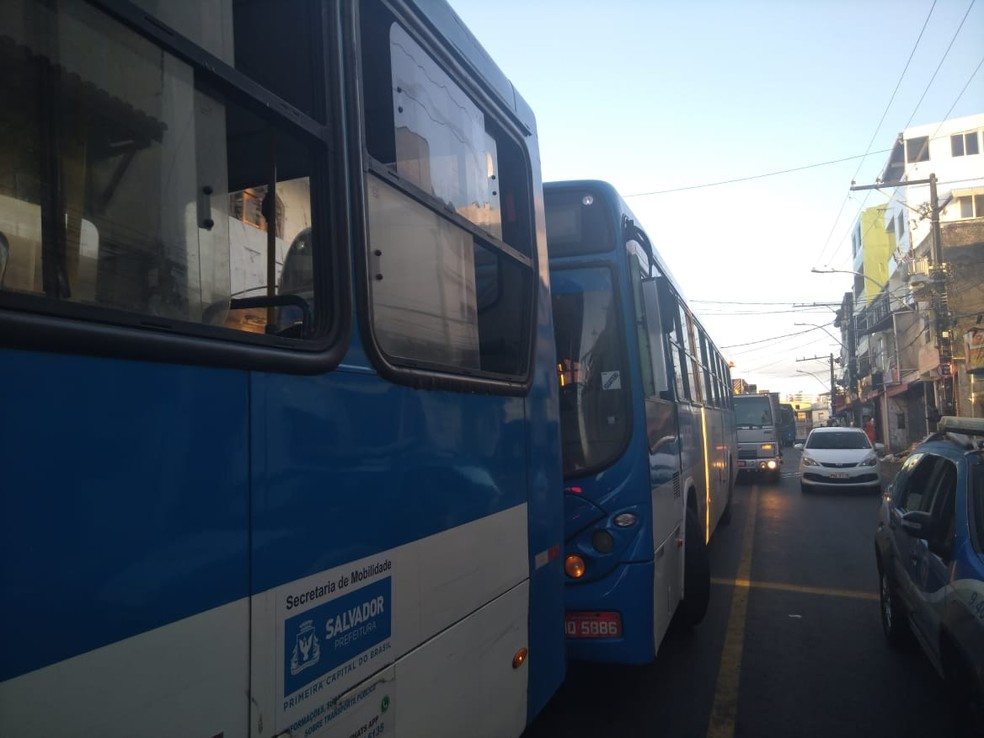 Ônibus voltam a entrar no bairro de Santa Cruz, em Salvador — Foto: Adriana Oliveira/TV Bahia