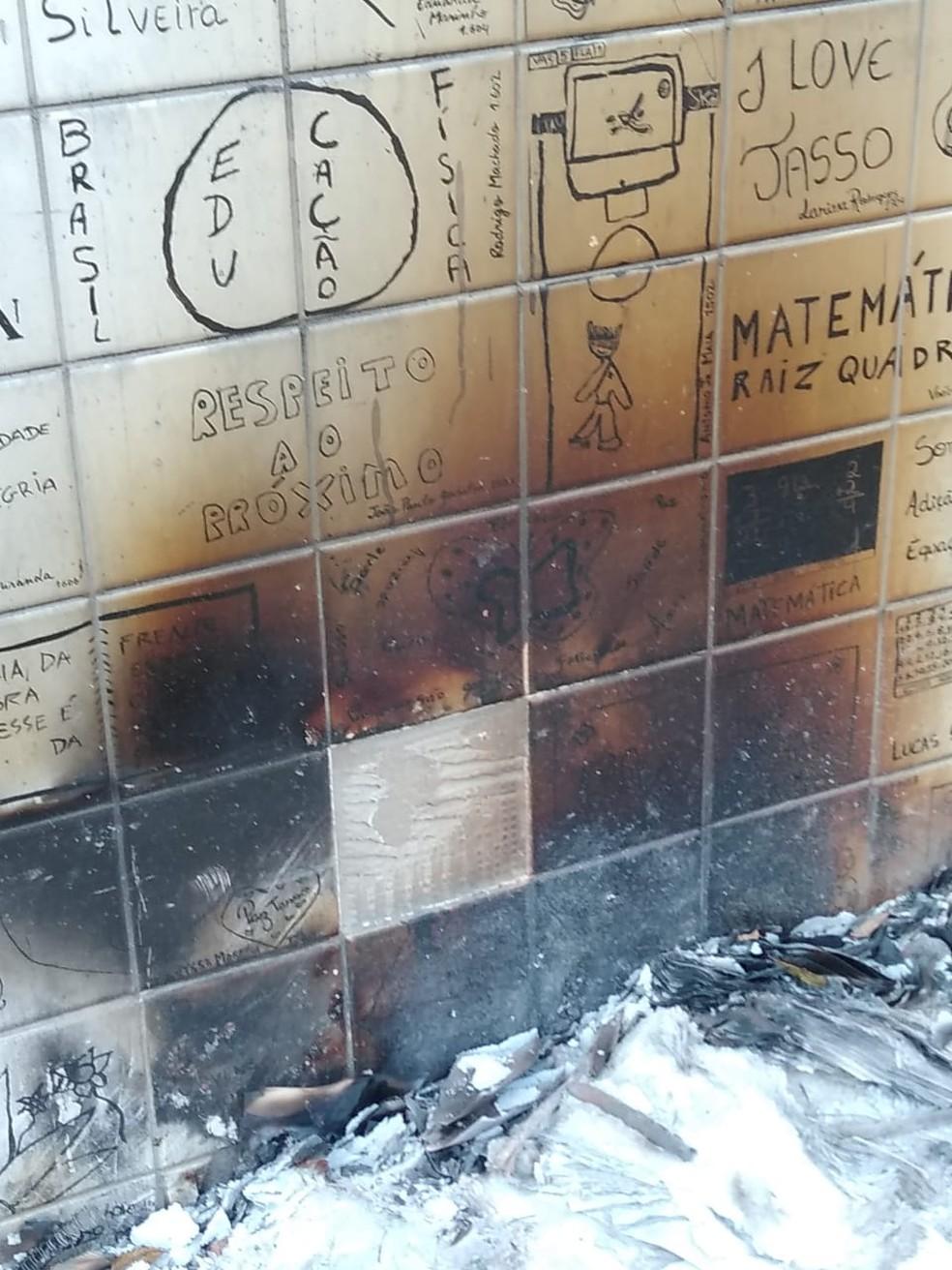 Memorial teve azulejos queimados no último domingo (13); chacina ocorreu há quase oito anos — Foto: Reprodução/Arquivo Pessoal