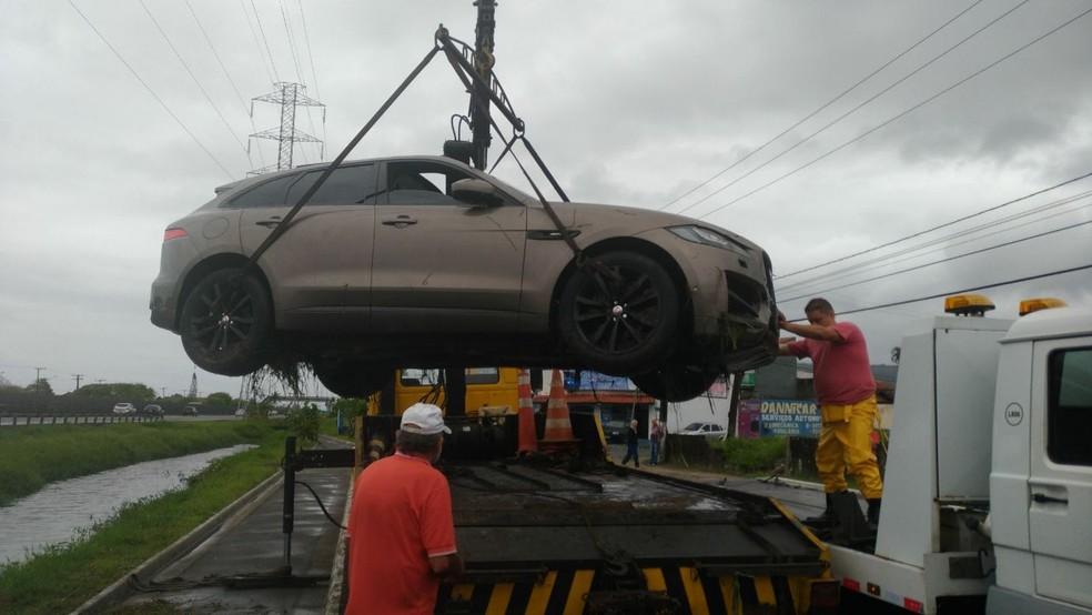 Veículo foi içado e retirado do canal em Mongaguá, SP; motorista não ficou ferido (Foto: Divulgação/Polícia Militar Rodoviária)