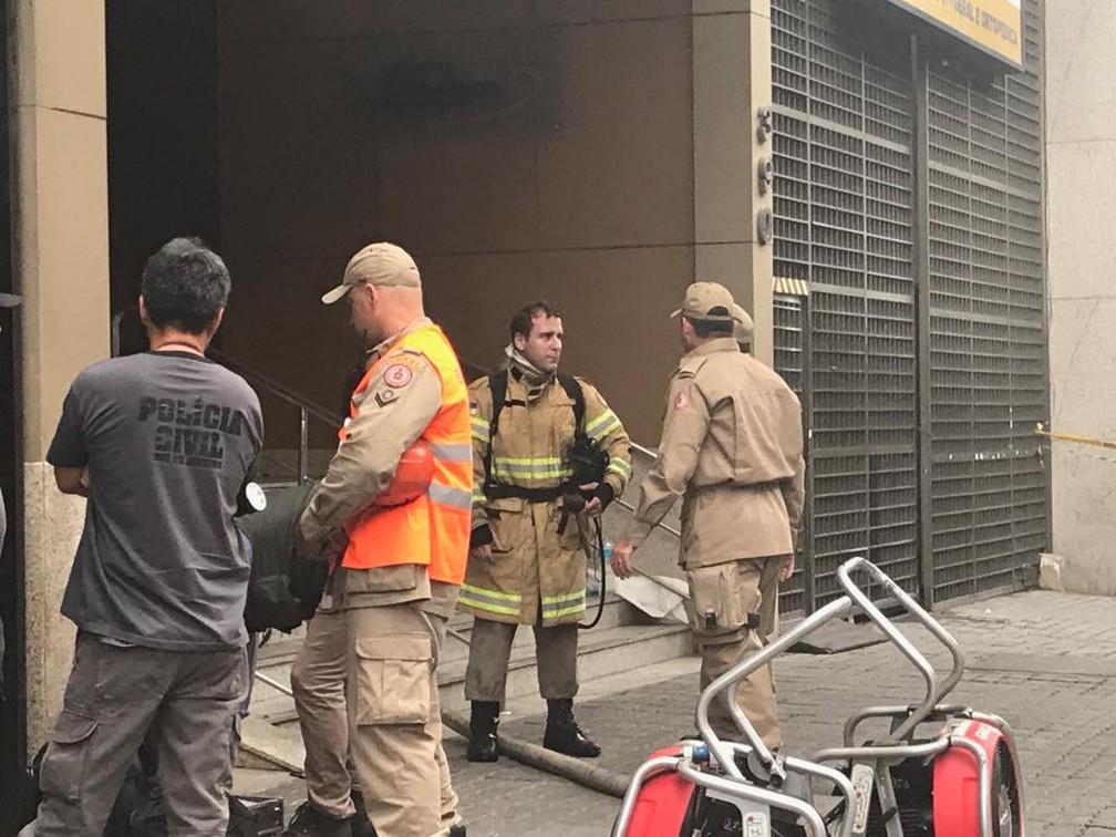 Bombeiros voltaram às salas do Badim atingidas por incêndio no início da manhã desta sexta (13). — Foto: Crisitna Boeckel / G1