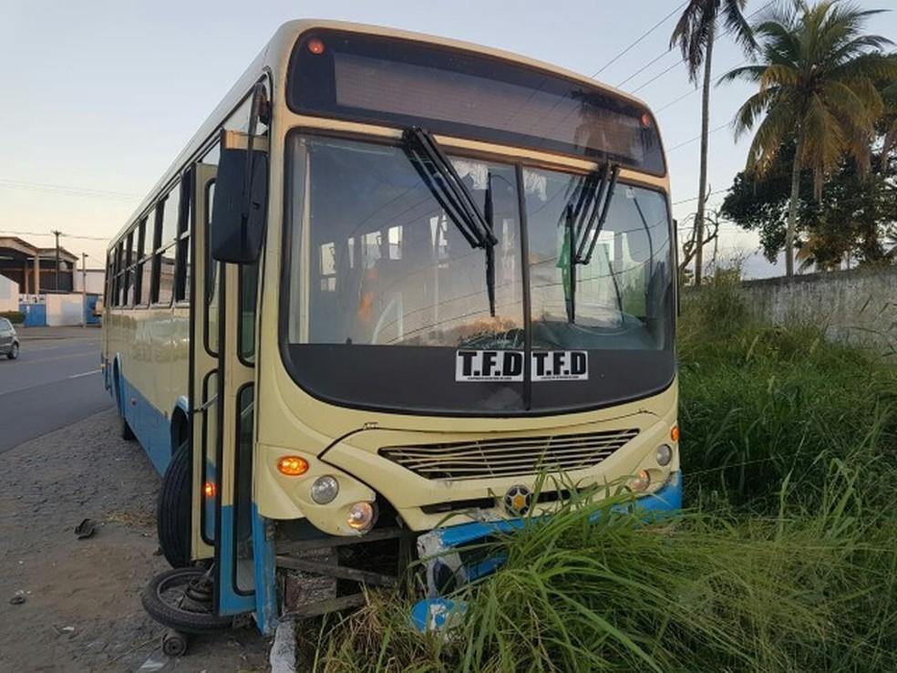 Ônibus colidiu de frente com moto, em Carpina (Foto: Polícia Rodoviária Federal/ Divulgação)