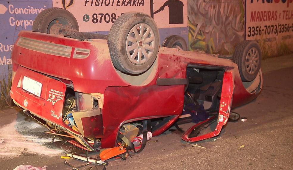 Os dois ocupantes do veículo foram socorridos feridos. — Foto: Tony Mattoso/RPC