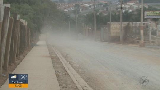Atraso em obra para asfaltar rua gera transtornos em São João da Boa Vista, SP