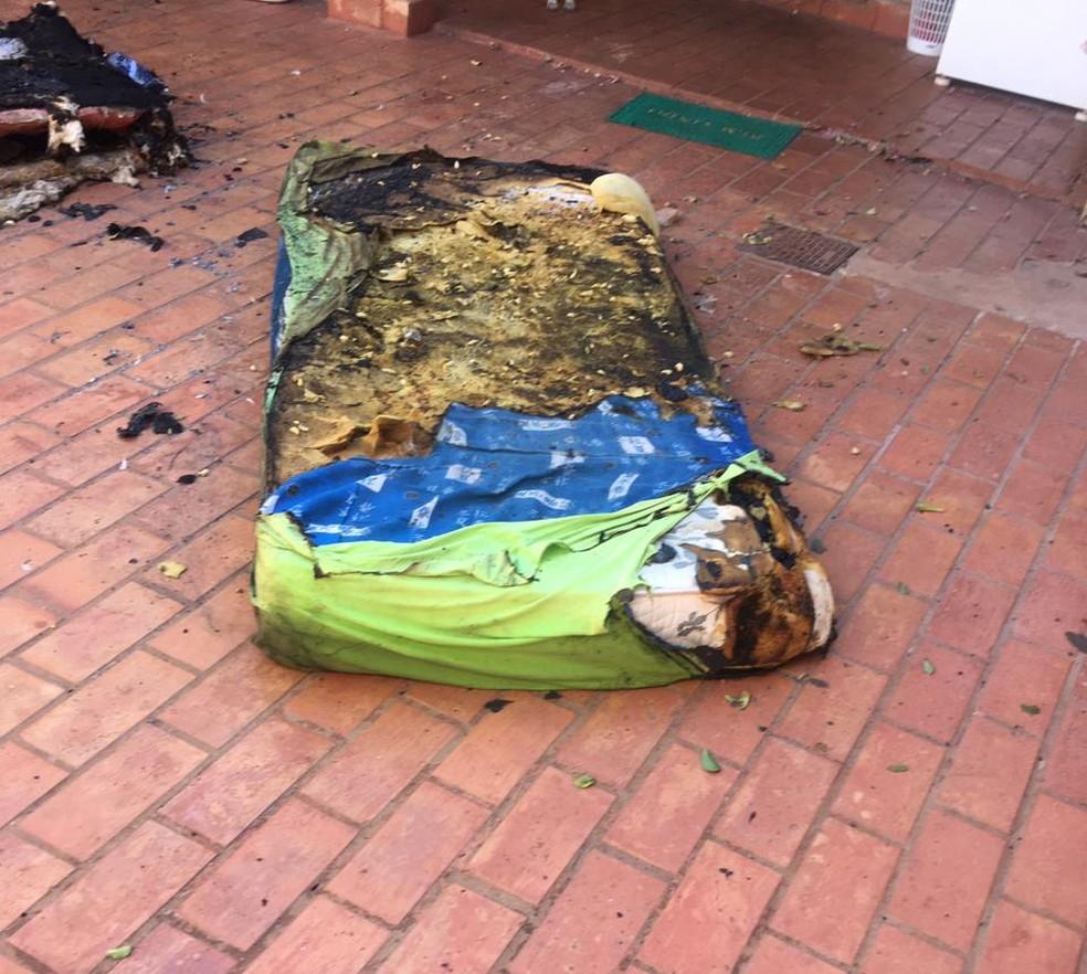 Colchão da residência ficou destruído — Foto: Deam/Divulgação