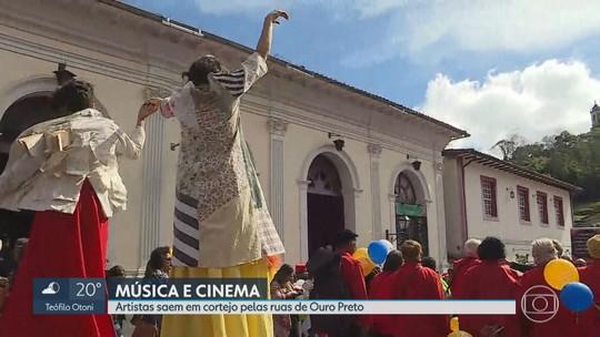 Cortejo atrai o público no festival de cinema em Ouro Preto