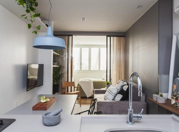 Os 30 m² são iluminados pelo janelão ao lado da cama. A luz transborda dali e chega até a cozinha em prisma (Foto: Divulgação)