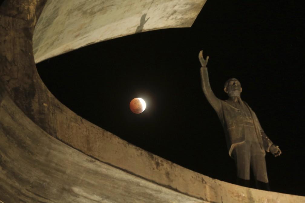 Eclipse lunar visto do Memorial JK, em Brasília. — Foto: Eraldo Peres/AP