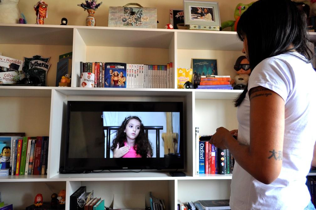 A frente do Projeto Singularidades, Gabriela conta que cria laços de amizades com as famílias que entrevista — Foto: Camilla Resende/G1