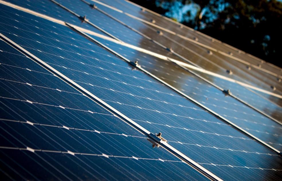 Instalação de painéis solares garante acesso à energia limpa e renovável — Foto: Pexels