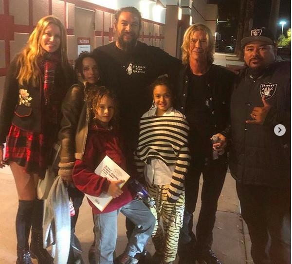 O ator Jason Momoa com convidados na sessão privada de Aquaman no Havaí (Foto: Instagram)