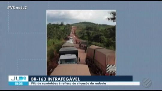 Atoleiros deixam fila de caminhões parados na BR-163, no Pará; veja vídeos