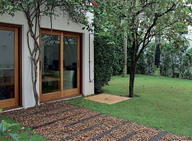 O chuveirão fica ao lado da frondosa amoreira e da murta, que camufla o muro. Projeto da paisagista Michelle Simoncello (Foto: Pedro Abude/Casa e Jardim)