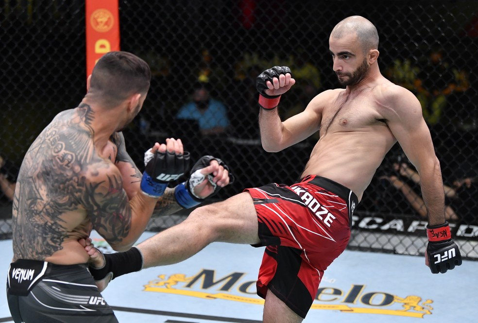 Giga Chikadze acerta o chute que nocauteou Cub Swanson no UFC Reyes x Prochazka — Foto: Getty Images