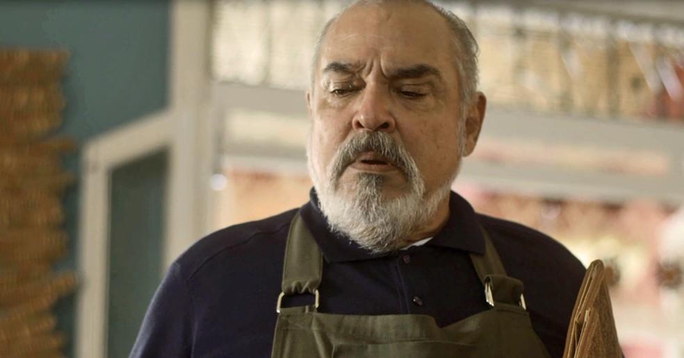 Agenor fica com carão ao dar de cara com a filha que expulsou de casa (Foto: TV Globo)