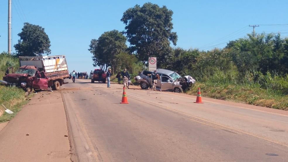 Motorista da caminhonete e um dos passageiros do caminhão morreram na hora — Foto: Elka Candelária/TVCA