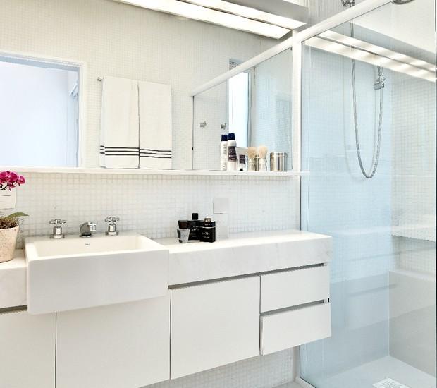 BANHEIRO DA SUÍTE | Como o banheiro estava em bom estado, a arquiteta fez apenas duas mudanças importantes: instalou um espelho sobre a bancada e uma iluminação mais evidente. Espelho da TemperBox. Iluminação da Reka.  (Foto: Sidney Doll/Divulgação)