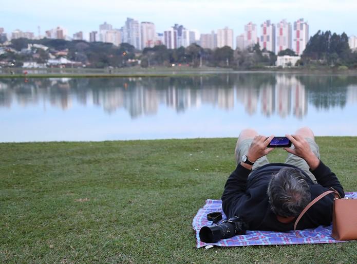 Curitibanos foram ao Parque Barigui preparados para observar a Lua de sangue nesta setxa-feira (27) (Foto: Giuliano Gomes/ PR Press)