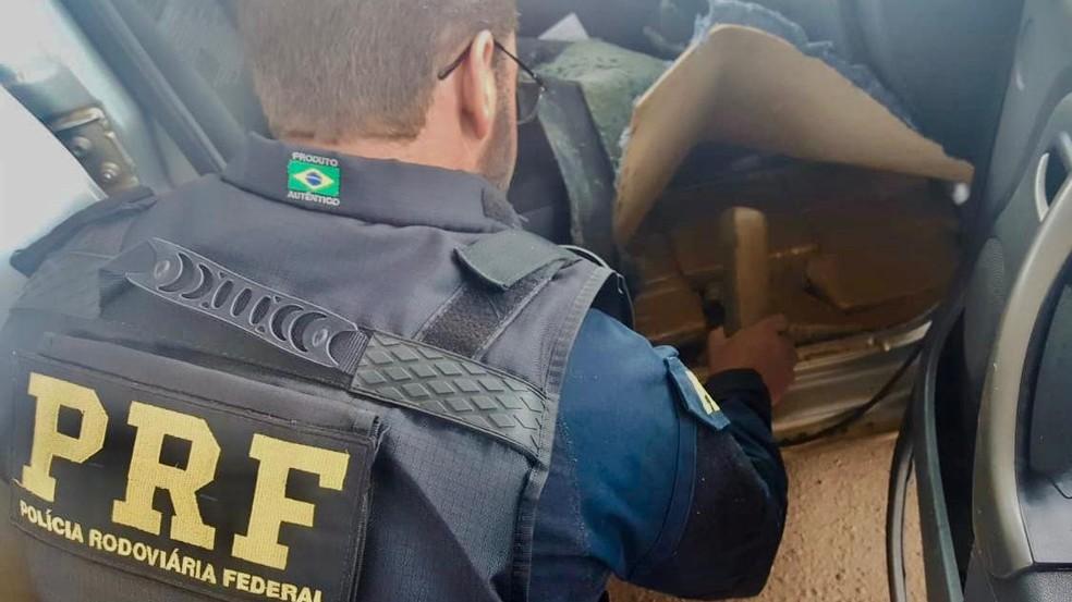 Droga também foi encontrada no assoalho do automóvel — Foto: Divulgação/PRF