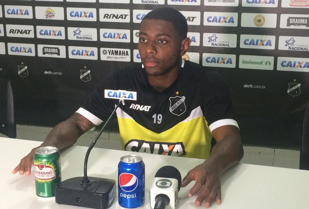 Tatá lamenta estreia com revés e espera reação a partir do encaixe dos reforços (Foto: Hugo Monte/GloboEsporte.com)