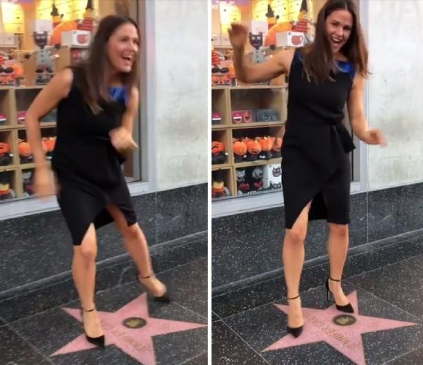A atriz Jennifer Garner em sua dancinha em cima da estrela dela na Calçada da Fama de Hollywood (Foto: Instagram)