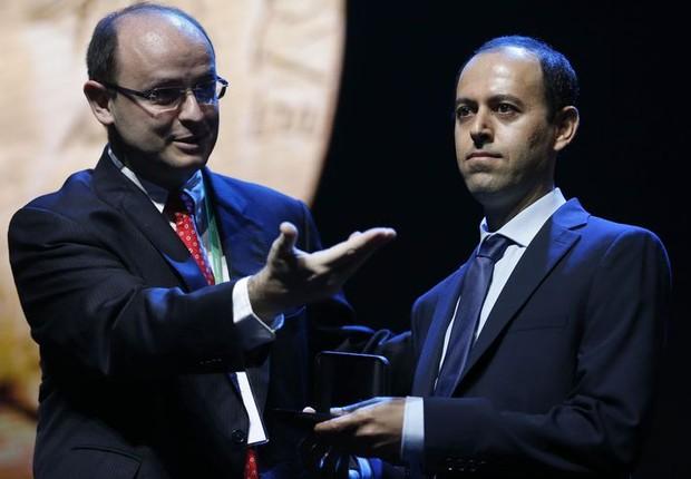 Caucher Birkar, que teve sua medalha furtada, ao lado do ministro da Educação, Rossieli Nunes (Foto: Tânia Rêgo/Agência Brasil)