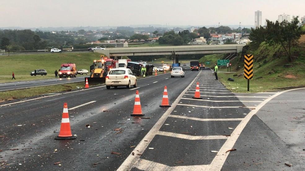 Pista sentido Tietê está parcialmente interditada — Foto: Beatriz Buosi/TV TEM