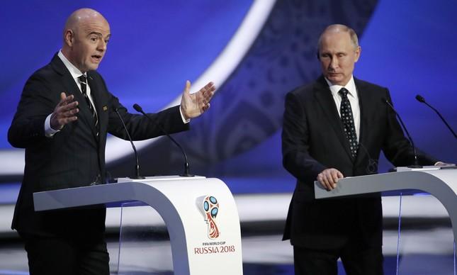 Gianni Infantino, presidente da Fifa, ao lado do presidente da Rússia, Vladimir Putin