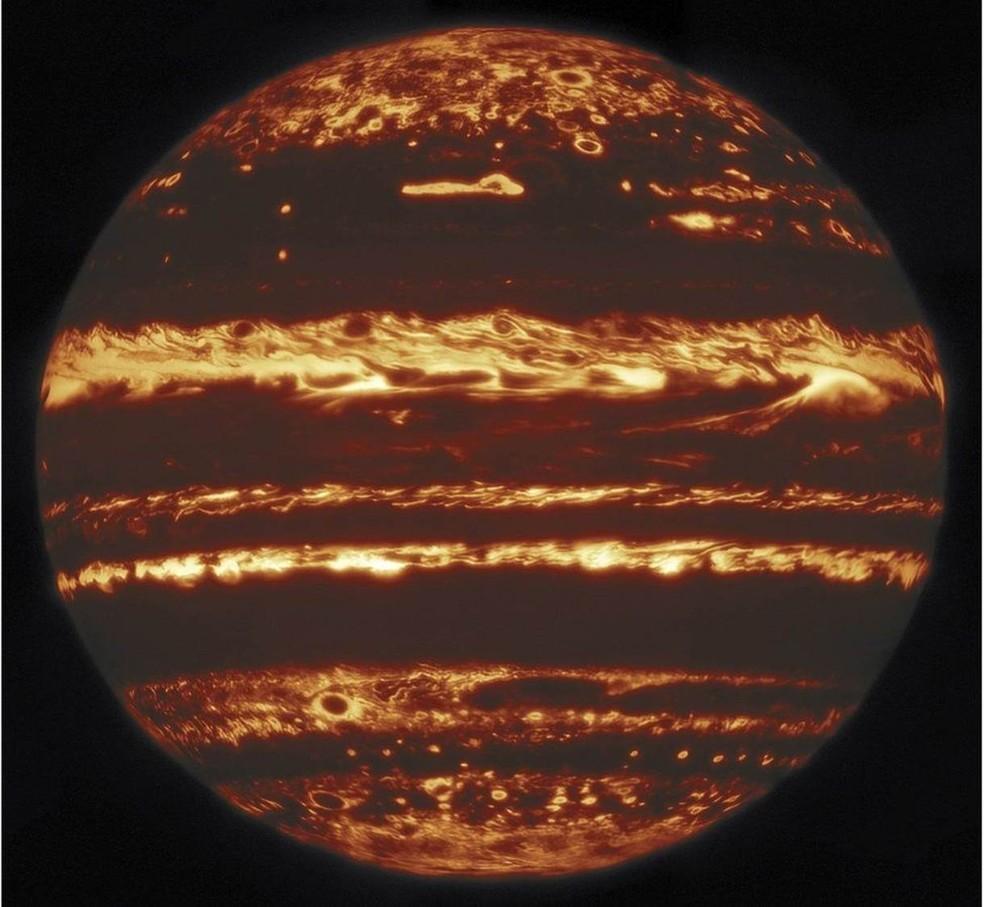 Imagem extraordinária de Júpiter, rastreando as regiões de calor que se encontram sob as gigantescas nuvens de gás do planeta vizinho. Os cientistas usaram uma técnica de alta resolução usada em astronomia chamada em inglês de lucky imaging, que envolve a geração e a combinação de imagens obtidas de várias exposições ultrarrápidas — Foto: Gemini Observatory/M.H. Wong et al