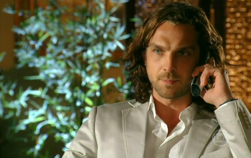Alberto (Igor Rickli) já sabe como tirar Ester (Grazi Massafera) de Cassiano (Henri Castelli), em 'Flor do Caribe' — Foto: Globo