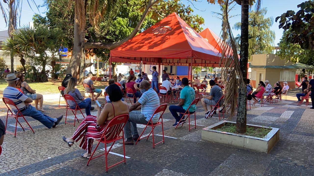Prefeitura testa moradores sem sintomas da Covid em praça de Agudos