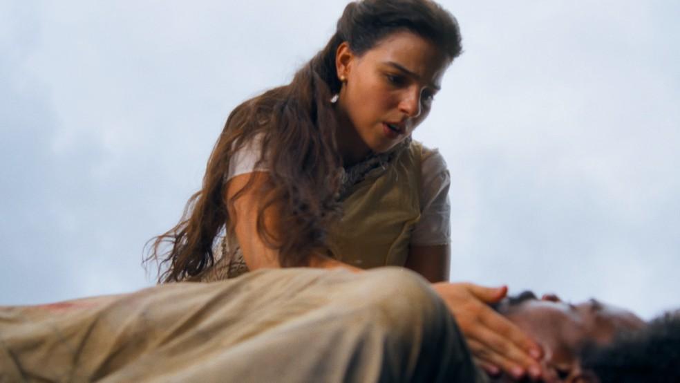 Pilar (Gabriela Medvedovski) salva a vida de Jorge (Michel Gomes) em 'Nos Tempos do Imperador' — Foto: Globo