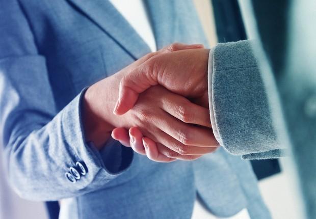 Aperto de mão ; negócio fechado ; acordo comercial ; aquisição ; promoção ; carreira ;  (Foto: Shutterstock)