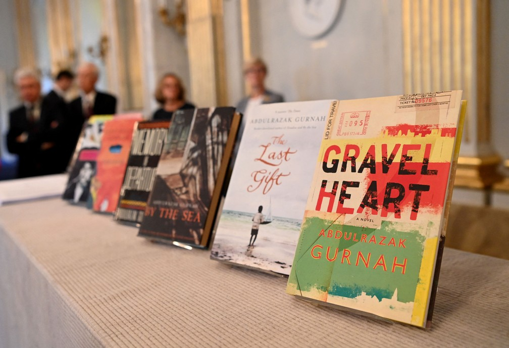 Algumas das obras de Abdulrazak Gurnah, romancista vencedor do Nobel de Literatura 2021 — Foto: Jonathan NACKSTRAND / AFP