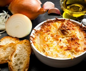 Como fazer sopa de cebola gratinada