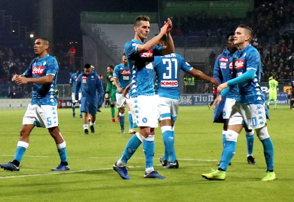 Allan, Milik e Zielinski comemoram vitória do Napoli — Foto: EFE/EPA/FABIO MURRU