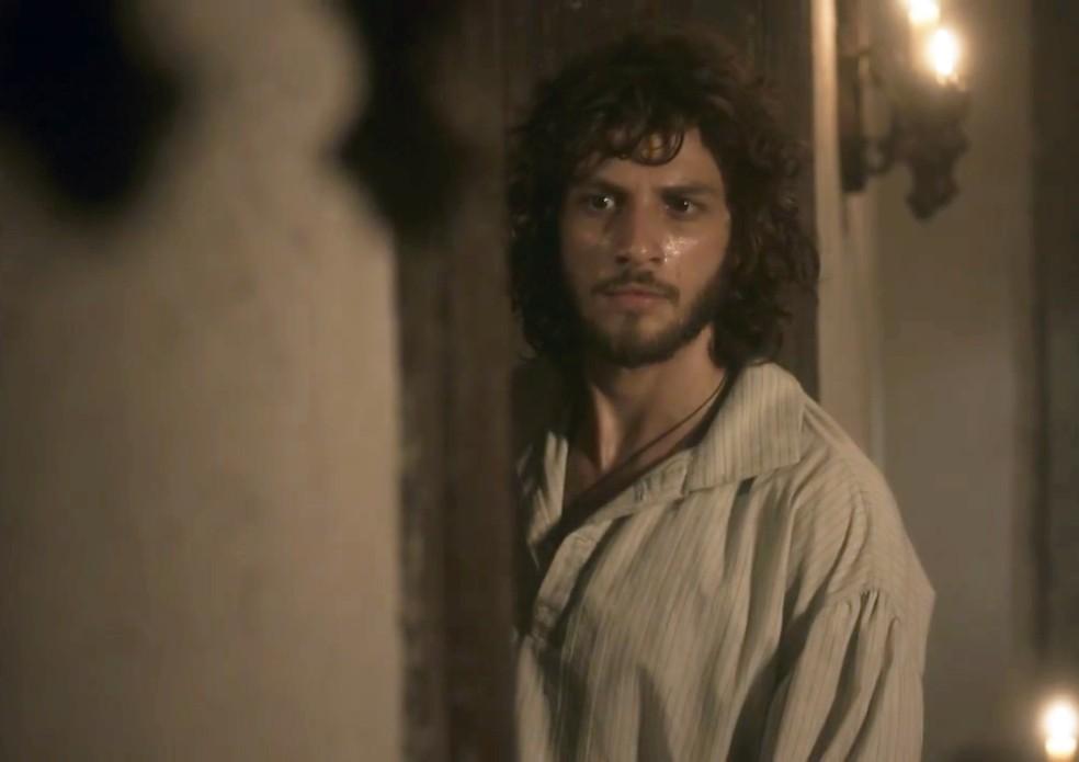 Joaquim (Chay Suede) ouve a confidência de Thomas (Gabriel Braga Nunes) em 'Novo Mundo' — Foto: TV Globo