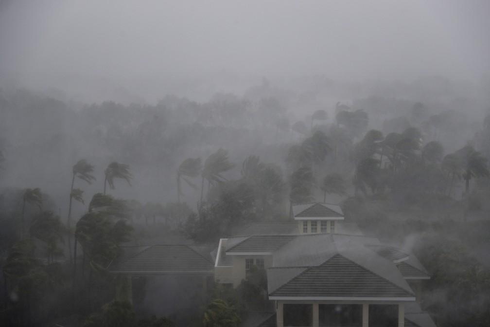 O olho do furacão Irma passa por Naples, na Flórida (Foto: David Goldman/AP)
