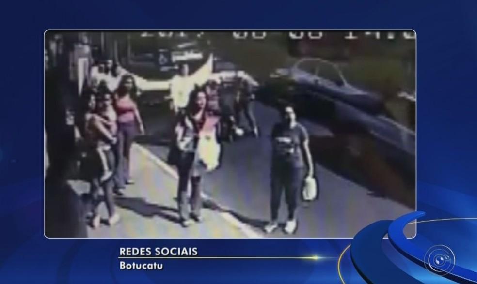 Testemunhas ficaram indignadas com a agressão em Botucatu  (Foto: Reprodução / TV TEM )