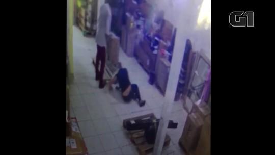 Câmeras registram homem agredindo namorada com socos e pontapés na Baixada Fluminense
