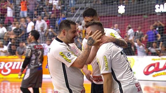 Goleiro tem noite de Falcão, marca golaço e deixa Corinthians perto do título da LPF