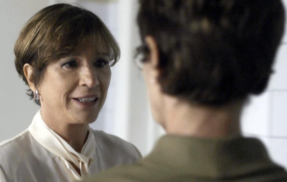 Kiki implora para Vera não causar mais confusão e tristeza para Lucas, e pede: (Foto: TV Globo)