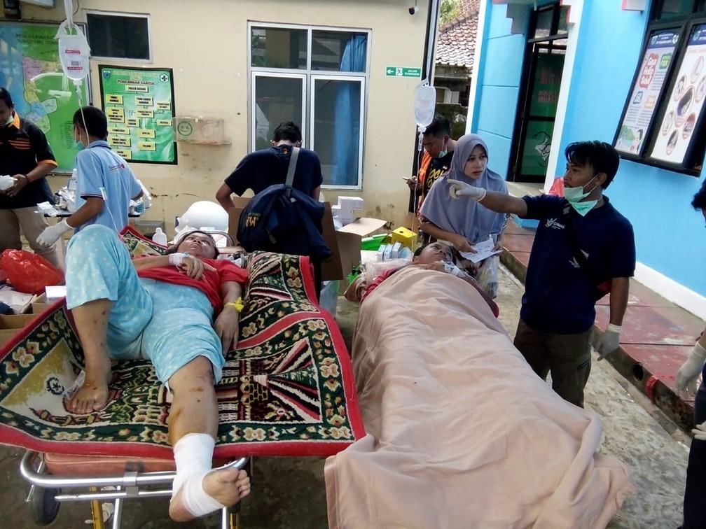 Vítimas de tsunami são atendidas em hospital de Carita — Foto: Semi / AFP