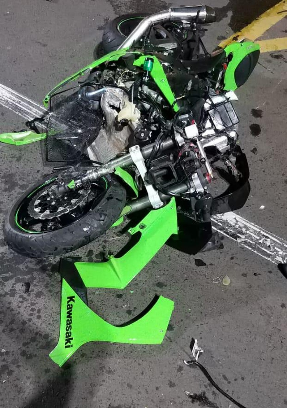 Motocicleta ficou destruída após bater em carro em Marília (SP) na noite desta sexta-feira (2) — Foto: Reprodução/ Redes Sociais