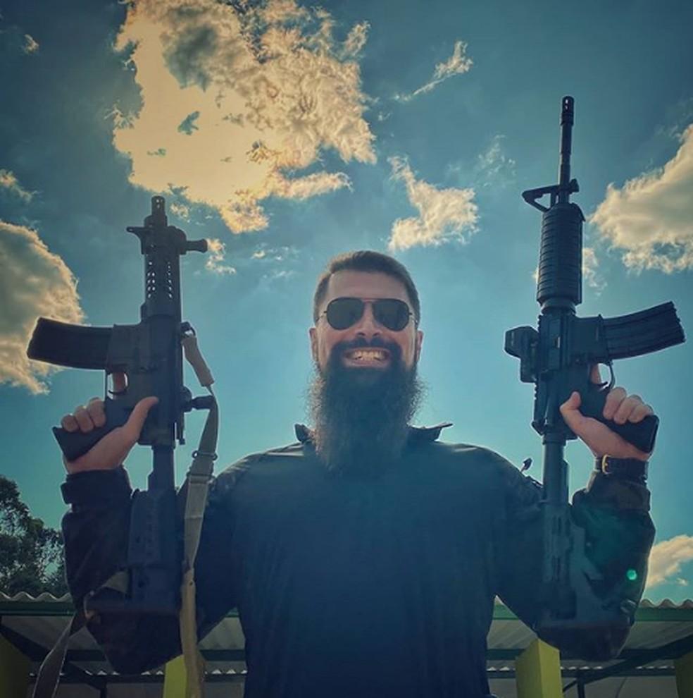 Delegado Paulo Bilynsky tem fotos e vídeos que demonstram como atirar — Foto: Reprodução/Arquivo pessoal