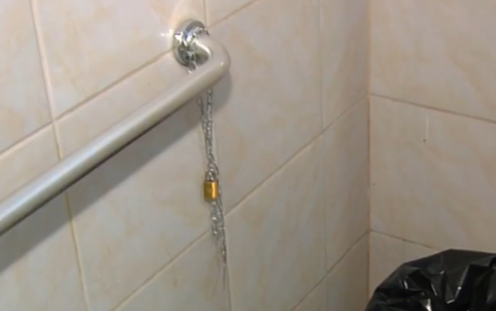 Abrigo é interditado após suspeita de dar comida estragada e acorrentar idosos em Aparecida de Goiânia
