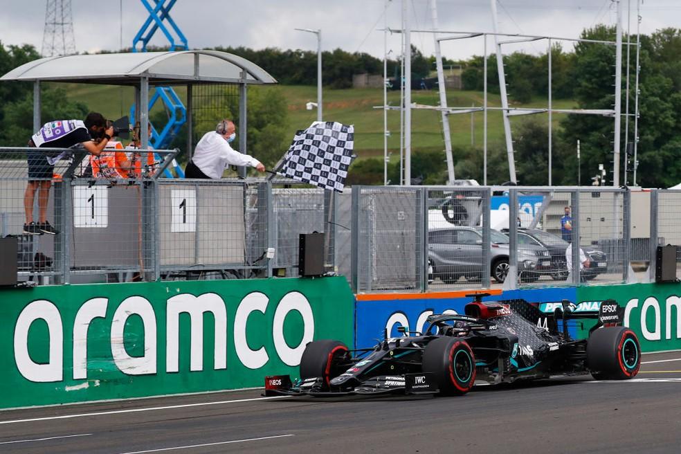 Lewis Hamilton, da Mercedes, recebe bandeirada no GP da Hungria da F1 em 2020 — Foto: Leonhard Foeger/Pool via Getty Images
