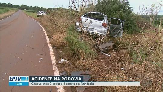 Colisão entre caminhão e 2 carros deixa 4 feridos em estrada de Altinópolis, SP