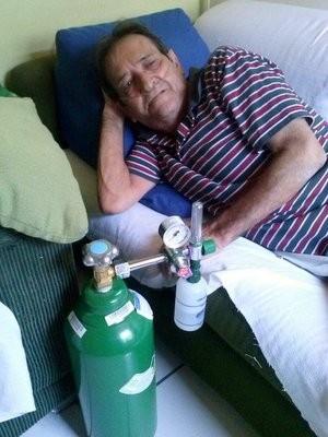João Antonio Gimenez depende de equipamentos para respirar. (Foto: Mara Gislaine Marques Gimenez)