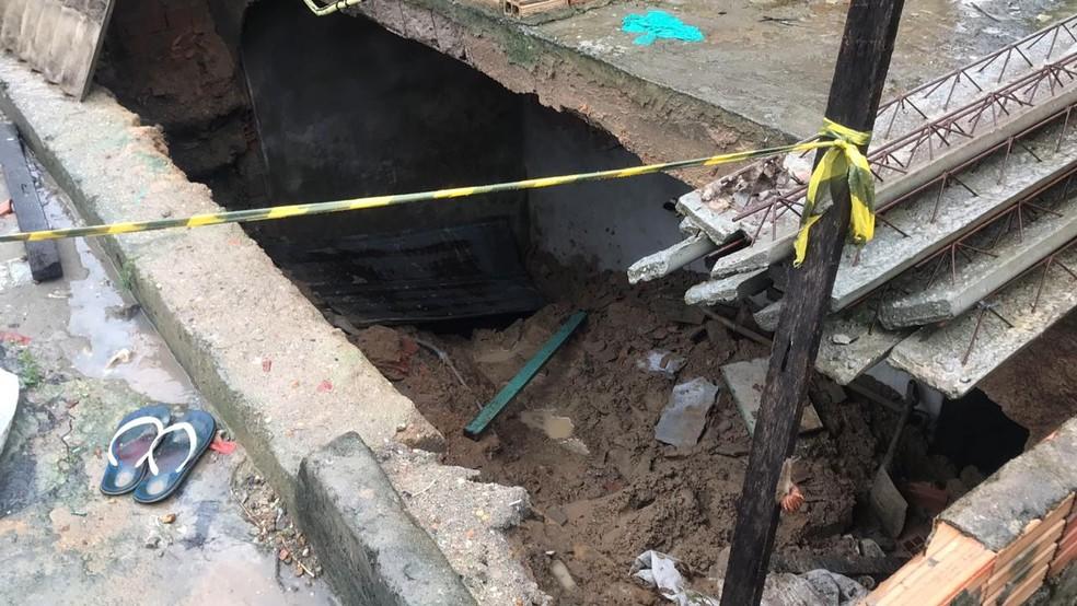 Jovem de 14 anos dormia em casa quando foi soterrado por parede — Foto: Patrick Marques/G1 Amazonas